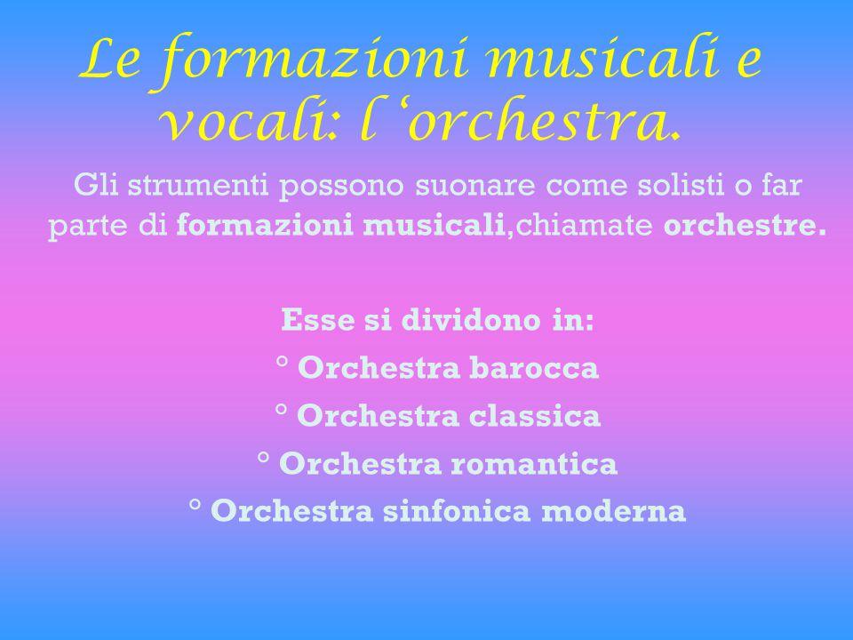 Le formazioni musicali e vocali: l 'orchestra. Gli strumenti possono suonare come solisti o far parte di formazioni musicali,chiamate orchestre. Esse