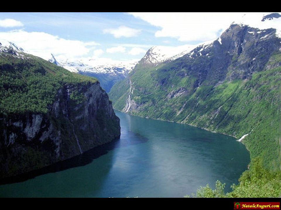 La Lapponia, come tutta la Finlandia, non è solo ricca di boschi, ma anche di acque che si trasformano in laghi, fiumi e cascate...