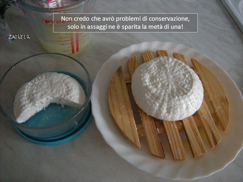 Il problema è che non vedevo l'ora di assaggiare questa formaggetta che sa ancora di latte … Oops, mi correggo: altro che assaggiare, ne ho consumata