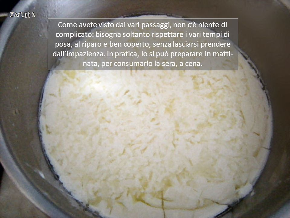 9- mentre il composto riposa an- cora una mezz'ora, sterilizziamo il tovagliolo che ci servirà, facendo- lo bollire in poca acqua; 10- poi lo sistemiamo dentro un co- lapasta, su cui appoggiamo anche le due fascelle; 11- intanto il latte è cagliato, si vede bene il siero che affiora; 12- il composto è pronto per essere travasato nelle apposite fascelle da ricotta o formaggio.