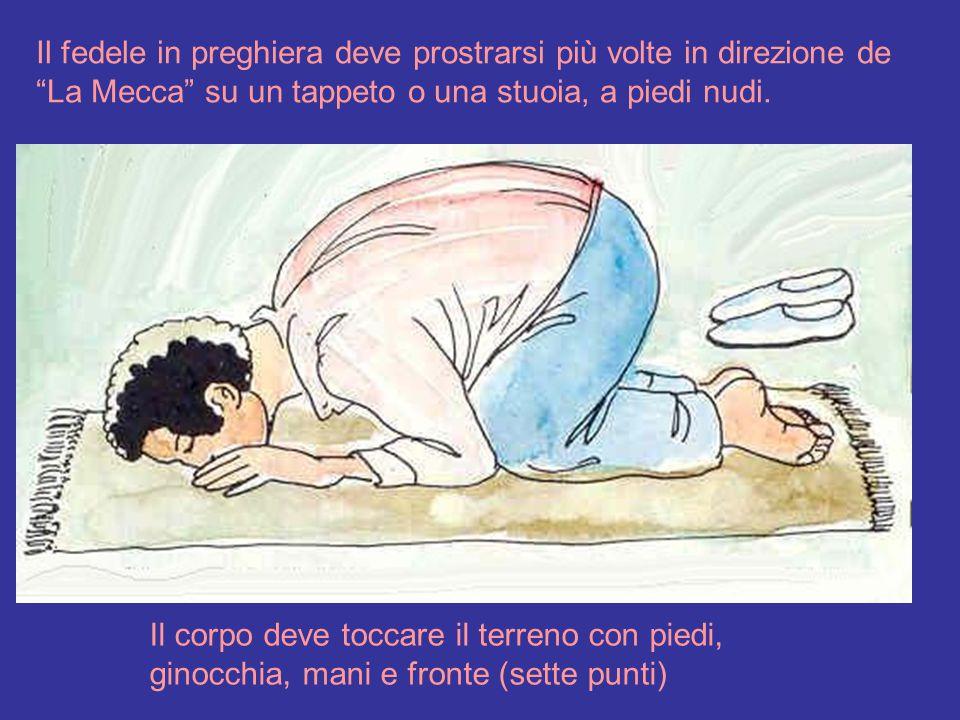 """Il fedele in preghiera deve prostrarsi più volte in direzione de """"La Mecca"""" su un tappeto o una stuoia, a piedi nudi. Il corpo deve toccare il terreno"""