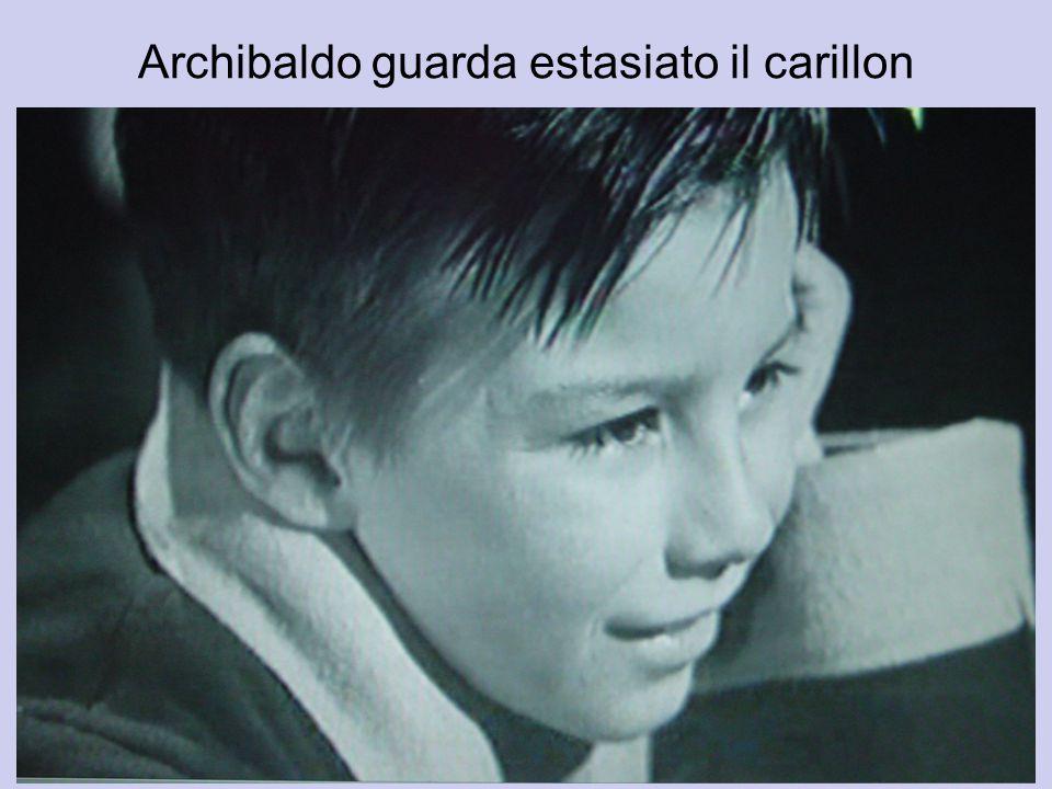 Archibaldo guarda estasiato il carillon