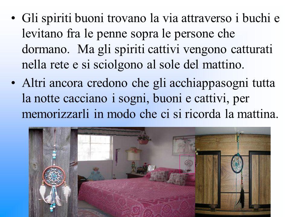 Gli spiriti buoni trovano la via attraverso i buchi e levitano fra le penne sopra le persone che dormano. Ma gli spiriti cattivi vengono catturati nel