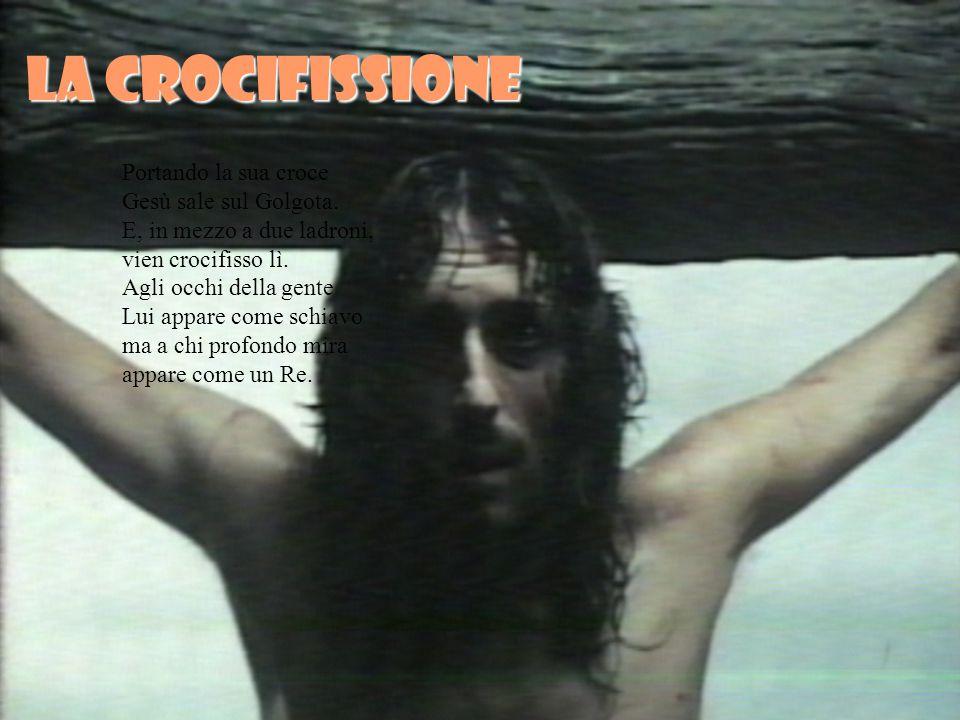 La crocifissione Portando la sua croce Gesù sale sul Golgota.