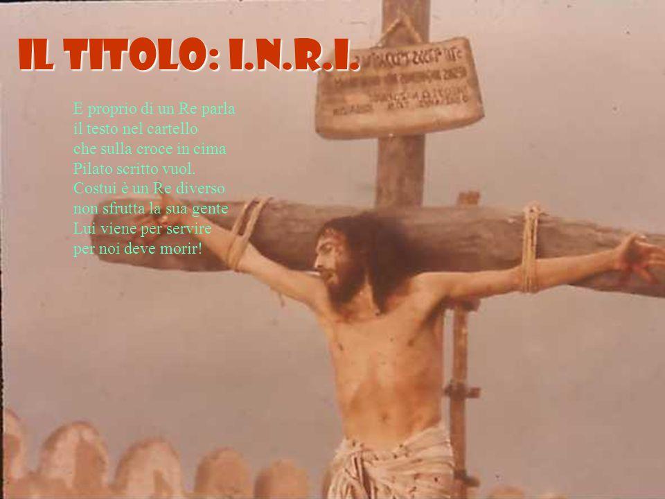 E proprio di un Re parla il testo nel cartello che sulla croce in cima Pilato scritto vuol.