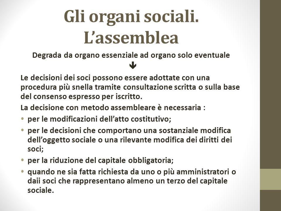 Gli organi sociali. L'assemblea Degrada da organo essenziale ad organo solo eventuale  Le decisioni dei soci possono essere adottate con una procedur