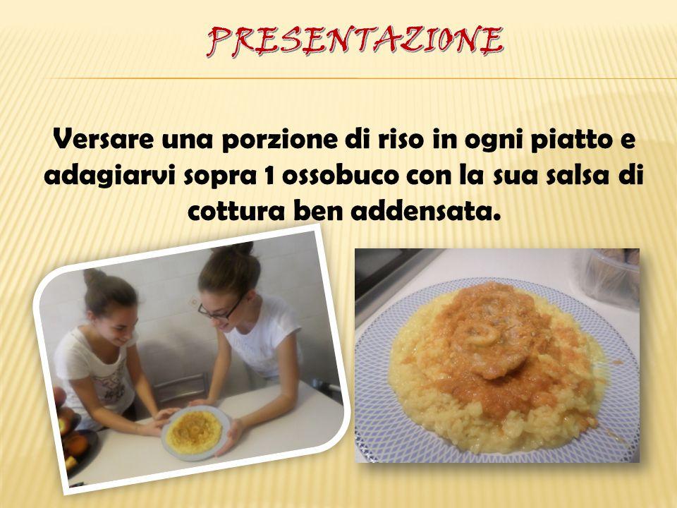 Versare una porzione di riso in ogni piatto e adagiarvi sopra 1 ossobuco con la sua salsa di cottura ben addensata.