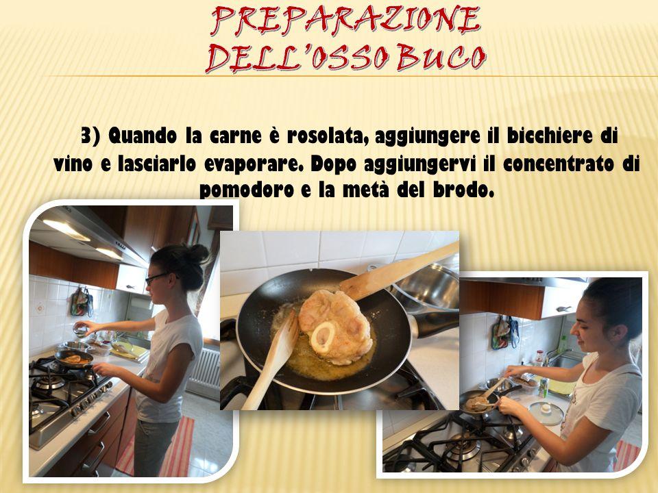 3) Quando la carne è rosolata, aggiungere il bicchiere di vino e lasciarlo evaporare. Dopo aggiungervi il concentrato di pomodoro e la metà del brodo.