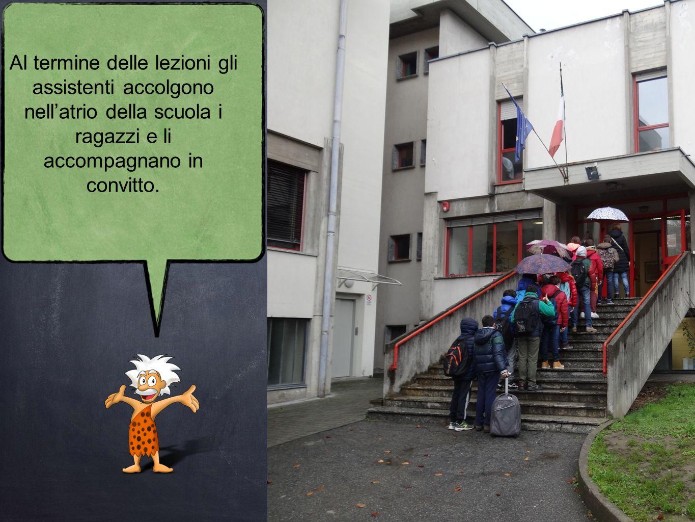 Al termine delle lezioni gli assistenti accolgono nell'atrio della scuola i ragazzi e li accompagnano in convitto.