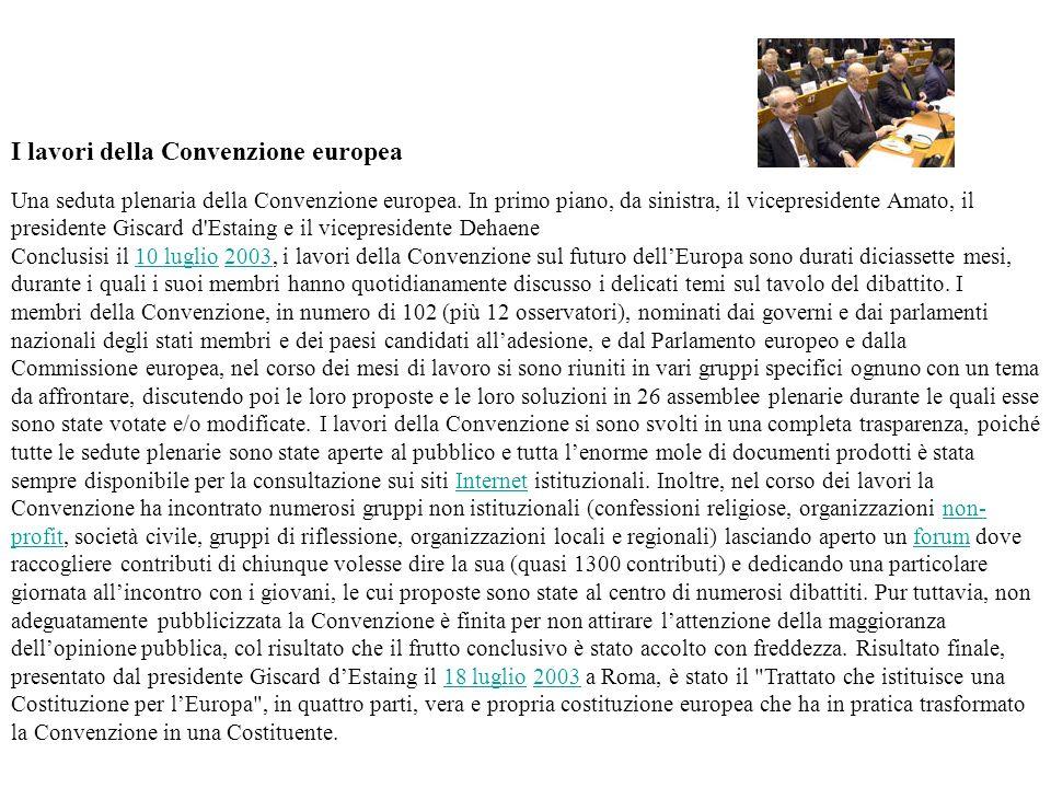 I lavori della Convenzione europea Una seduta plenaria della Convenzione europea. In primo piano, da sinistra, il vicepresidente Amato, il presidente