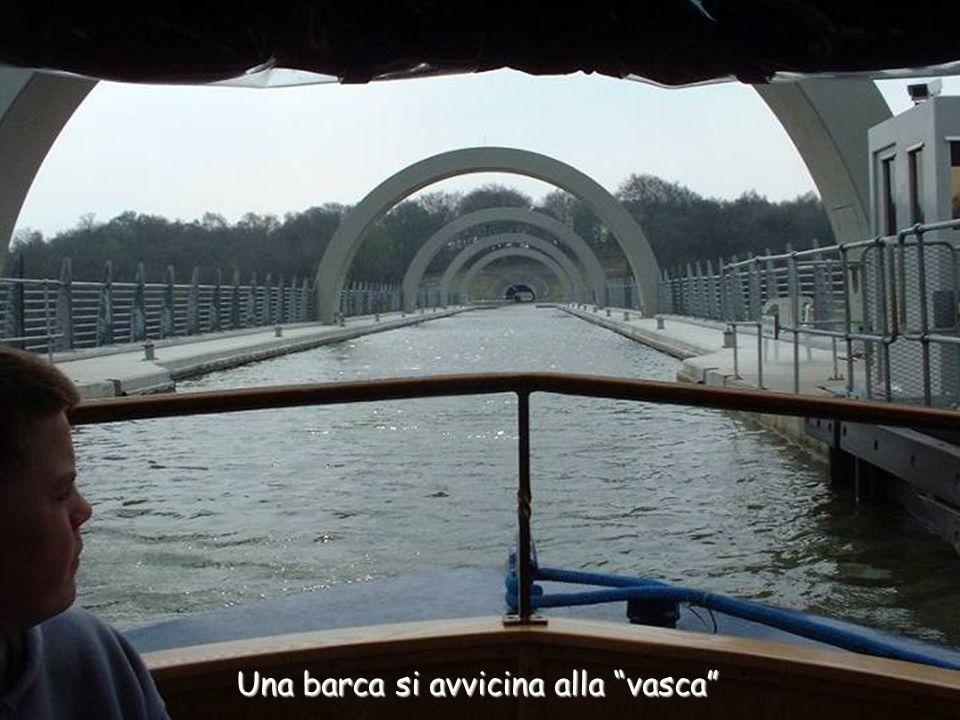 Una barca si avvicina alla vasca