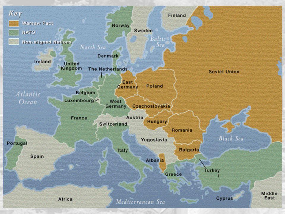La nascita della NATO 43 Il 9 maggio 1955 la RFT entra a far parte della NATO Una settimana dopo nasce il Patto di Varsavia, organizzazione speculare dall'altra parte della cortina di ferro La Guerra Fredda europea è sigillata militarmente e sarebbe rimasta tale fino all'89, nonostante crisi periodiche