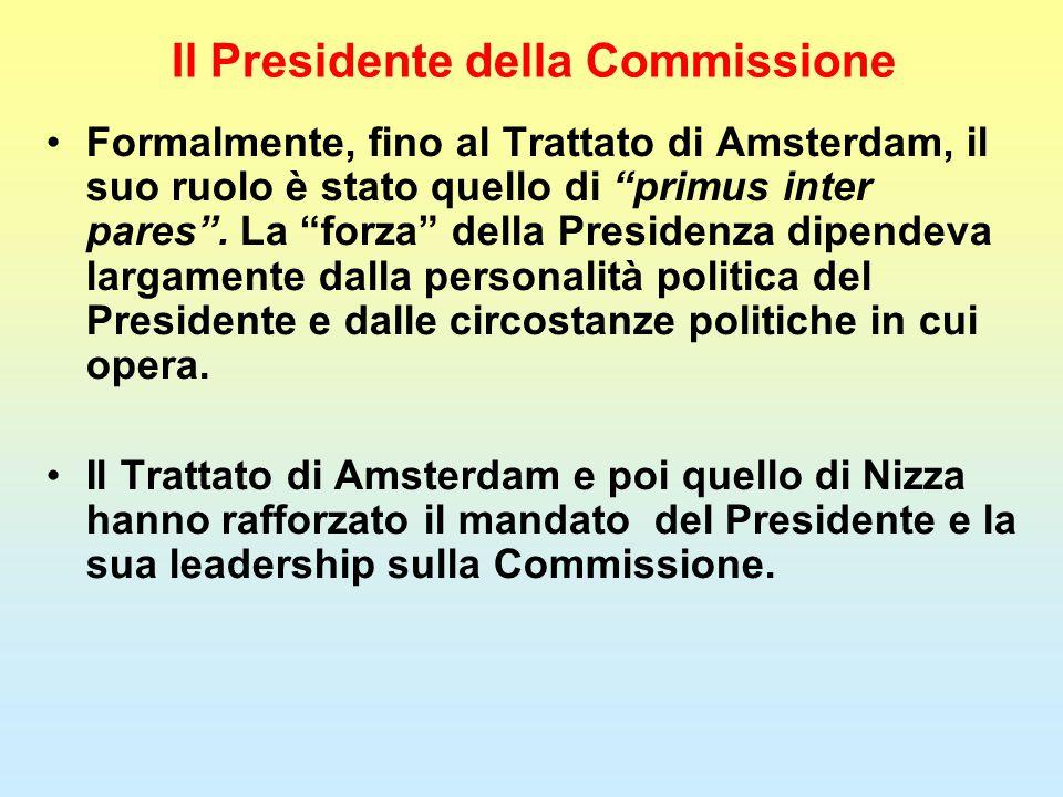 """Il Presidente della Commissione Formalmente, fino al Trattato di Amsterdam, il suo ruolo è stato quello di """"primus inter pares"""". La """"forza"""" della Pres"""