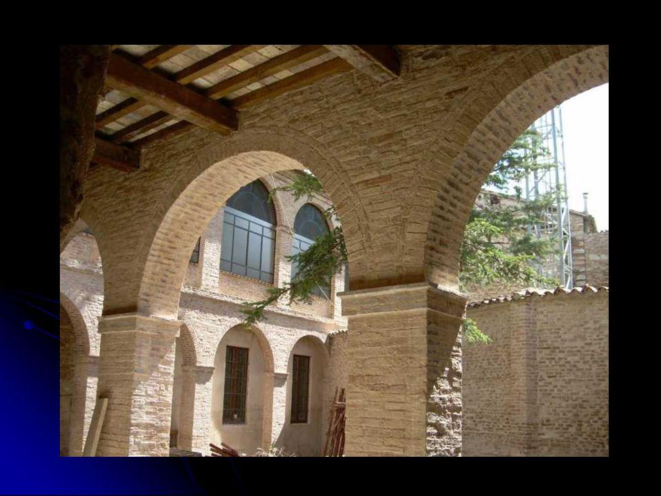 L'attuale Monastero… L'attuale Monastero… L'attuale Monastero con la Chiesa annessa situato nella parte più antica della città, il Poio, non sembra costruito ex novo nel 1408, perché esistono tracce delle mura originarie che richiamano quelle del vicino duecentesco palazzo del Podestà.