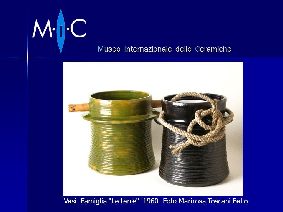 Museo Internazionale delle Ceramiche Vasi. Famiglia Le terre . 1960. Foto Marirosa Toscani Ballo