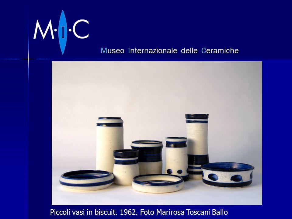 Museo Internazionale delle Ceramiche Piccoli vasi in biscuit. 1962. Foto Marirosa Toscani Ballo