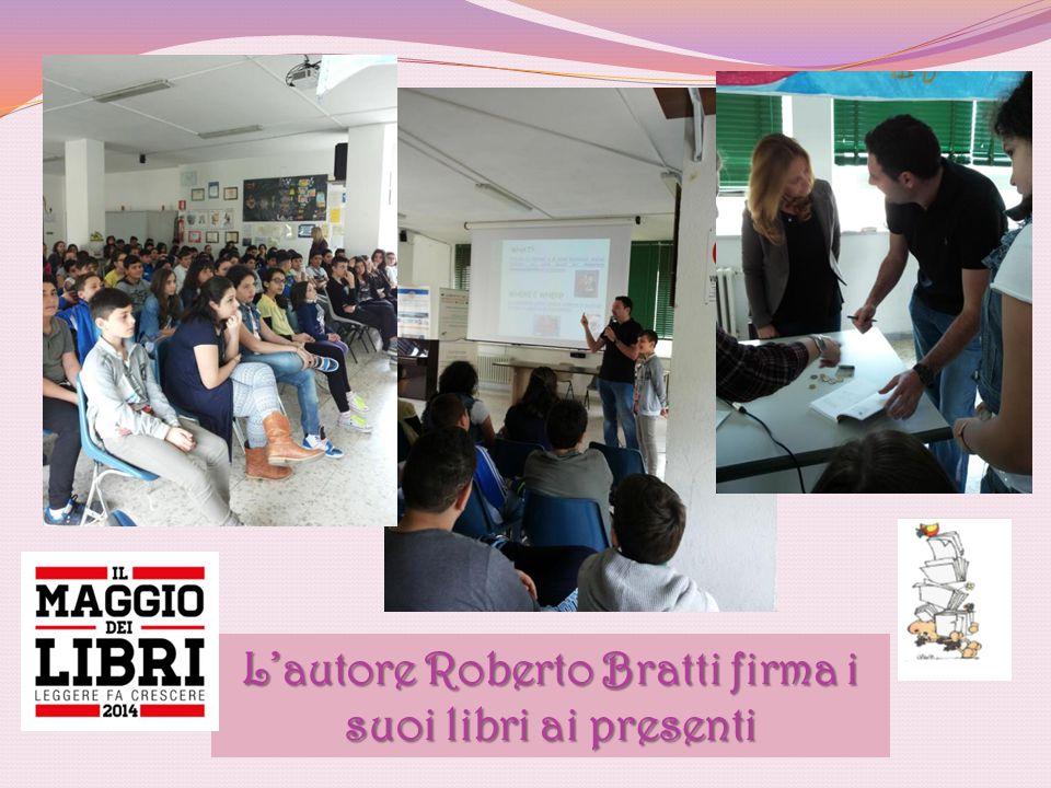L'autore Roberto Bratti firma i suoi libri ai presenti