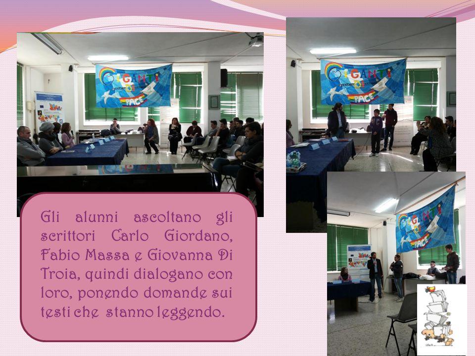 Gli alunni ascoltano gli scrittori Carlo Giordano, Fabio Massa e Giovanna Di Troia, quindi dialogano con loro, ponendo domande sui testi che stanno le
