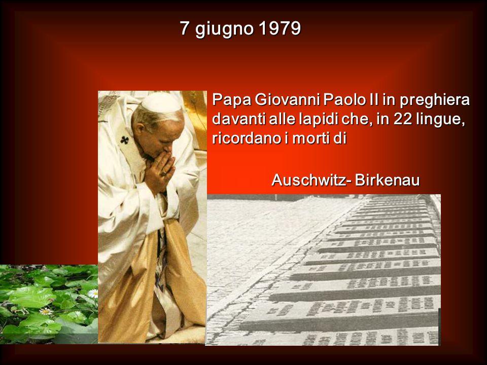 Papa Giovanni Paolo II in preghiera davanti alle lapidi che, in 22 lingue, ricordano i morti di 7 giugno 1979 Auschwitz- Birkenau