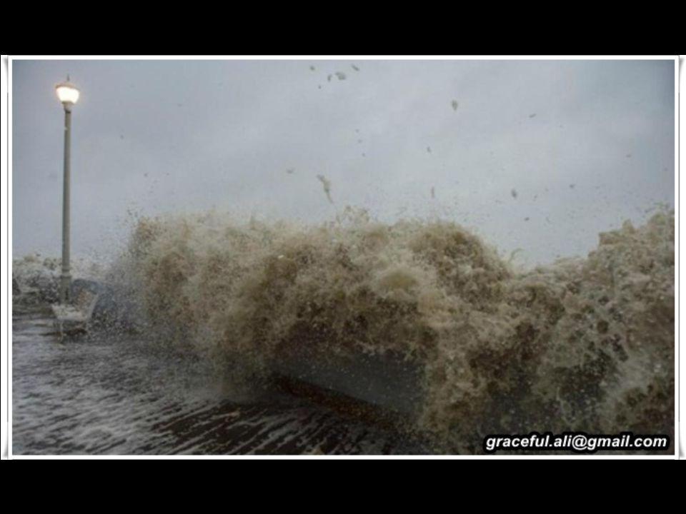 L Uragano Sandy è stato un Ciclone Post-Tropicale (Post-Tropical Cyclone) di fine stagione che ha colpito la Giamaica, Cuba, Bahamas, Haiti, Repubblica Dominicana e la costa orientale degli Stati Uniti, raggiungendo la zona a sud della Regione dei Grandi Laghi degli Stati Uniti e il Canada orientale.