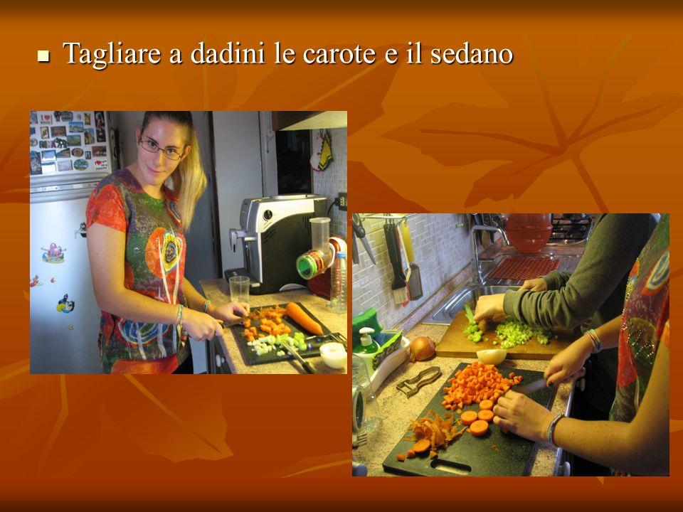 Tagliare a dadini le carote e il sedano Tagliare a dadini le carote e il sedano