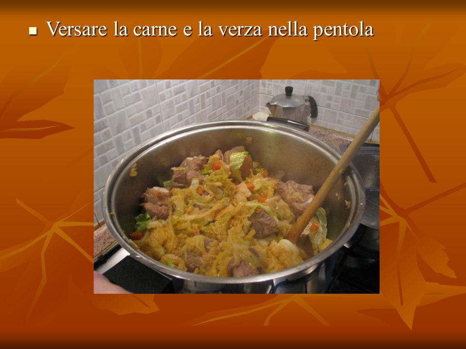 Versare la carne e la verza nella pentola Versare la carne e la verza nella pentola