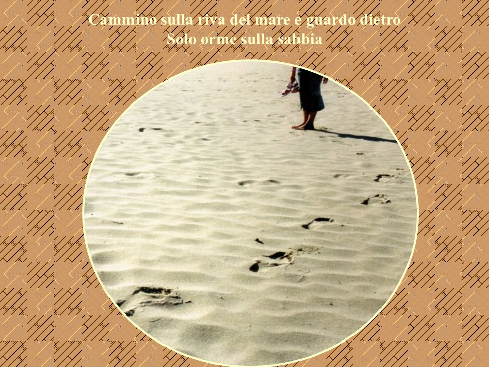 Cammino sulla riva del mare e guardo dietro Solo orme sulla sabbia