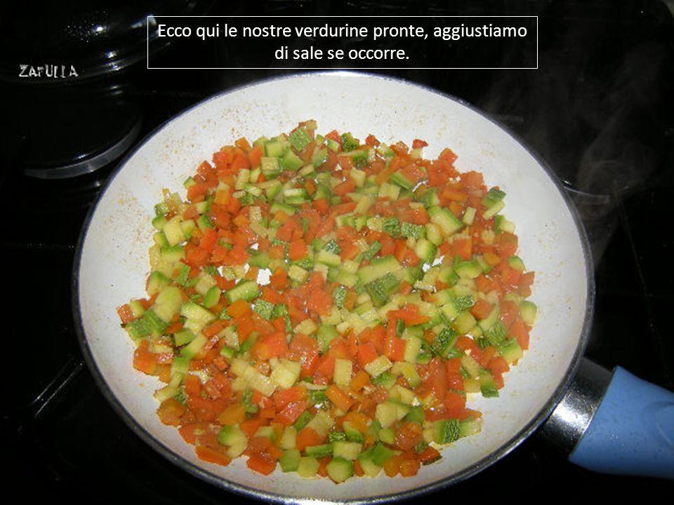 5- le carote devono rimanere un pochino croccanti; 6- ora riduciamo anche la zucchina a dadini; 7- e la mettiamo in padella con le carote; 8- mettiamo il coperchio e lasciamo stufare il tutto;
