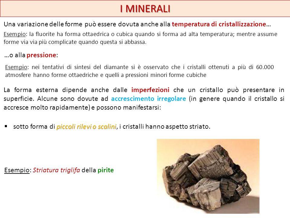 I MINERALI Una variazione delle forme può essere dovuta anche alla temperatura di cristallizzazione… Esempio: la fluorite ha forma ottaedrica o cubica