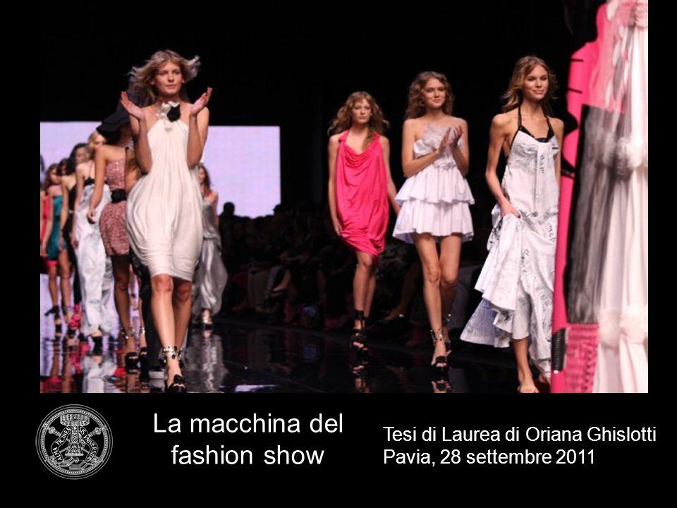 La sfilata di moda Gli elementi essenziali sono: Uno stilista o un marchio Una collezione di abiti Un'équipe di modelle Un pubblico professionista di buyer Una scenografia
