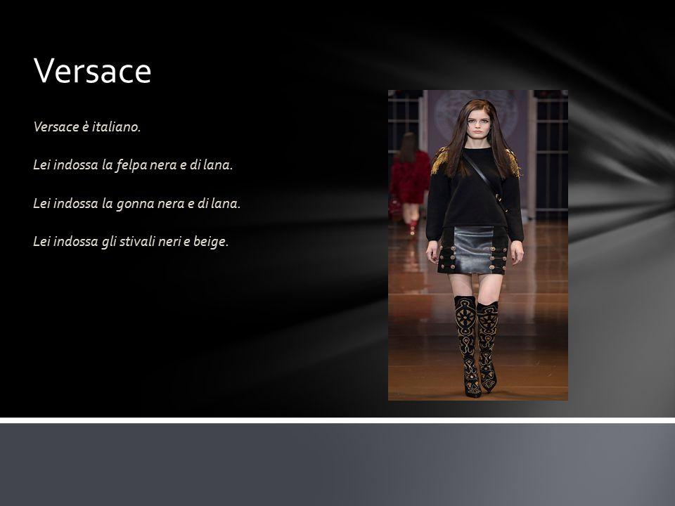 Versace Versace è italiano. Lei indossa la felpa nera e di lana.