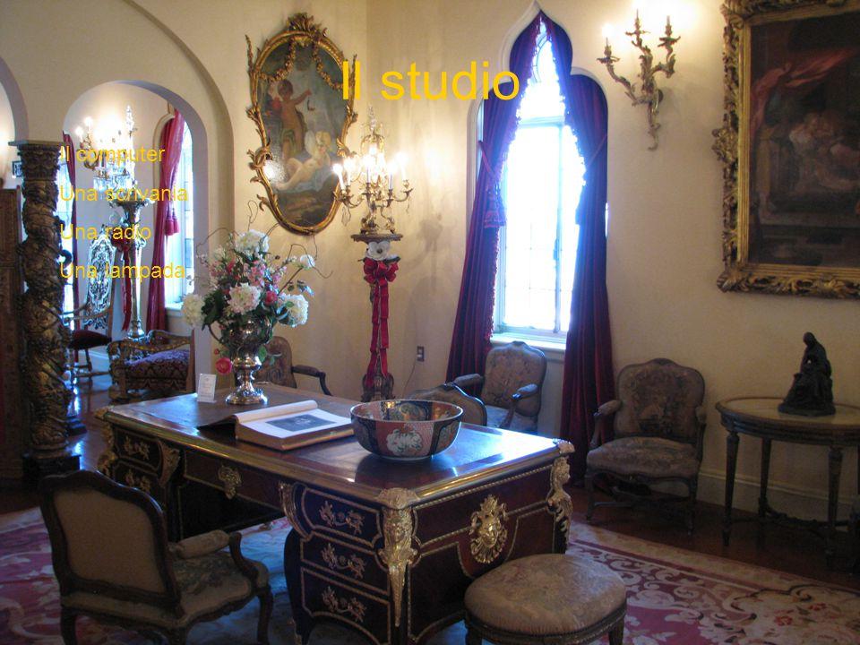 Il studio Il computer Una scrivania Una radio Una lampada