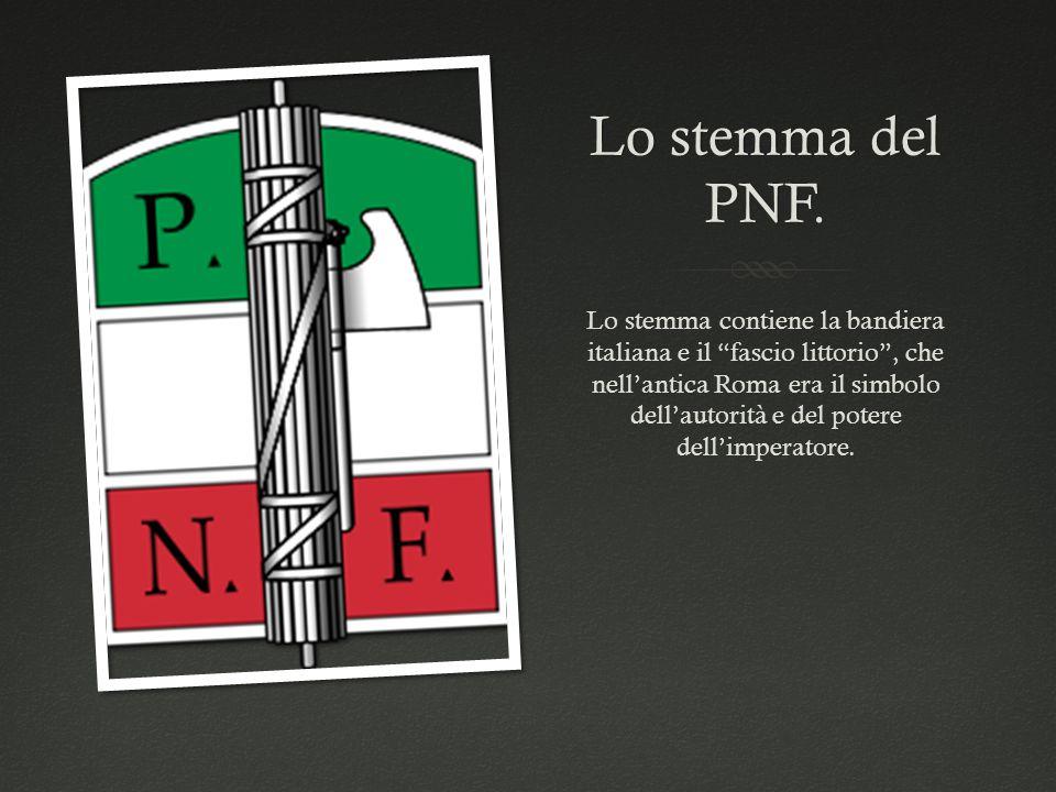"""Lo stemma del PNF. Lo stemma contiene la bandiera italiana e il """"fascio littorio"""", che nell'antica Roma era il simbolo dell'autorità e del potere dell"""