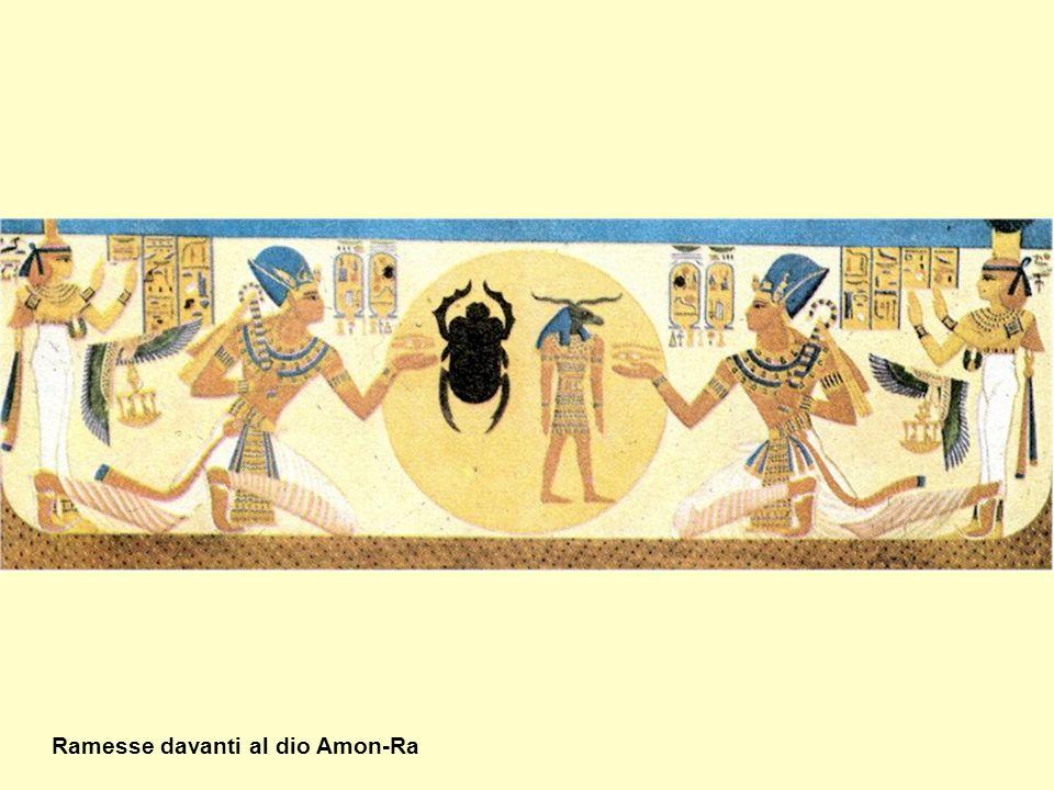 Ramesse davanti al dio Amon-Ra