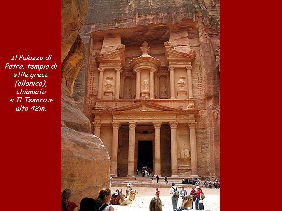 La composizione geologica della sabbia colorata consente la realizzazione di dipinti naturali incredibili.