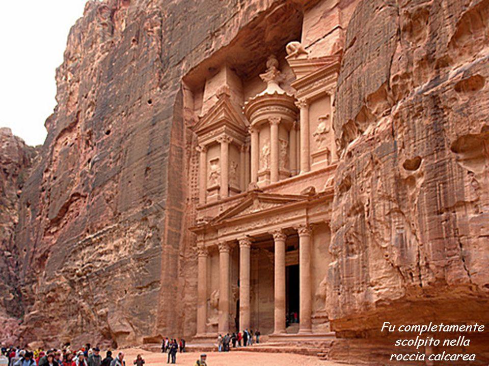 Il Palazzo di Petra, tempio di stile greco (ellenico), chiamato « Il Tesoro » alto 42m.