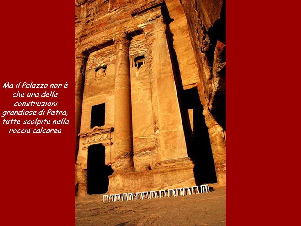 Ma il Palazzo non è che una delle construzioni grandiose di Petra, tutte scolpite nella roccia calcarea