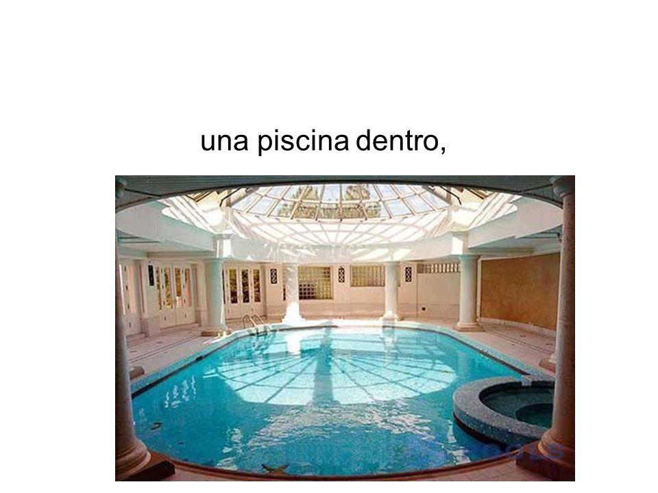 una piscina dentro,