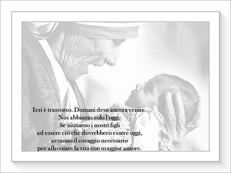 Amiamo.. non nelle grandi ma nelle piccole cose fatte con grande amore. C'è tanto amore in tutti noi. Non dobbiamo temere di manifestarlo.