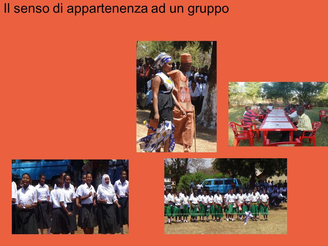 Una comunità scolastica unita durante attività extra-scolastiche, con la partecipazione delle famiglie.