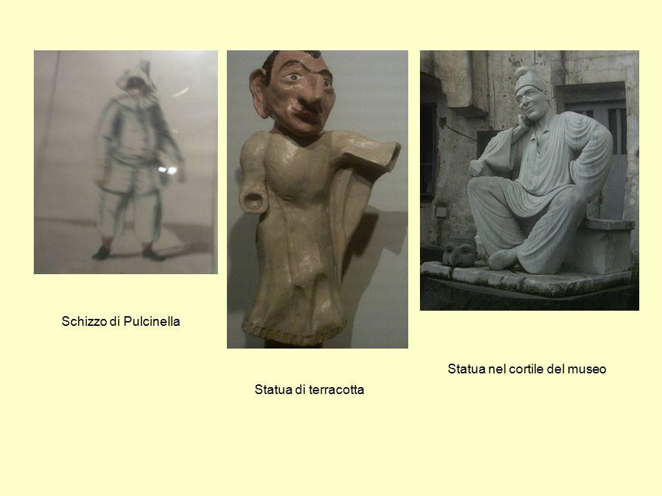 Schizzo di Pulcinella Statua di terracotta Statua nel cortile del museo