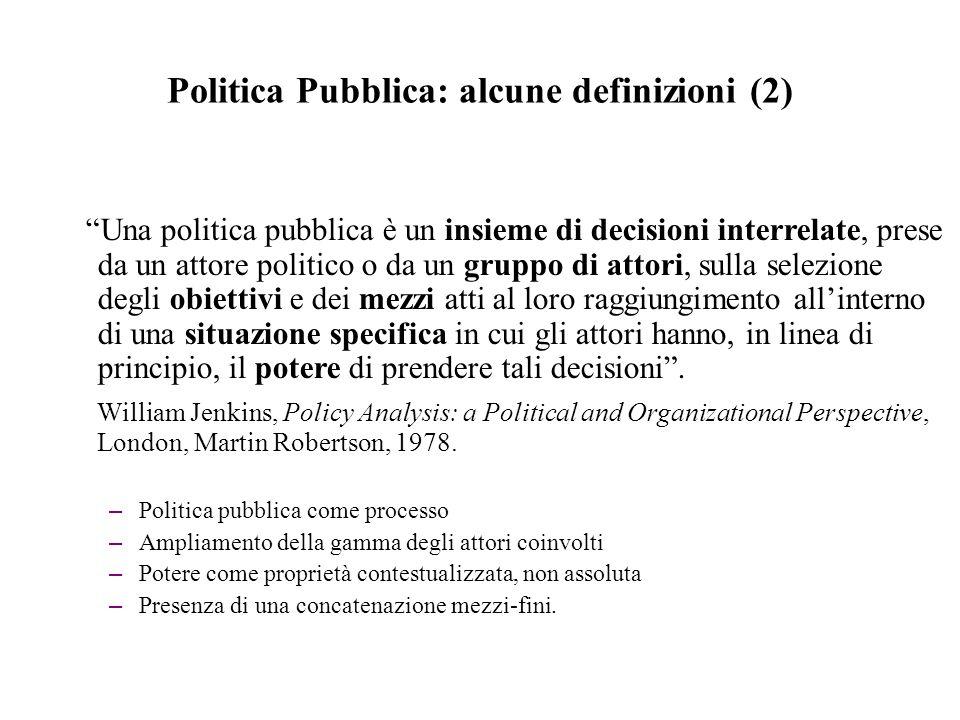 Politica Pubblica: alcune definizioni (3) Una politica pubblica è un certo corso d'azione che un attore o un gruppo di attori segue al fine di gestire un problema o una questione di specifico interesse .