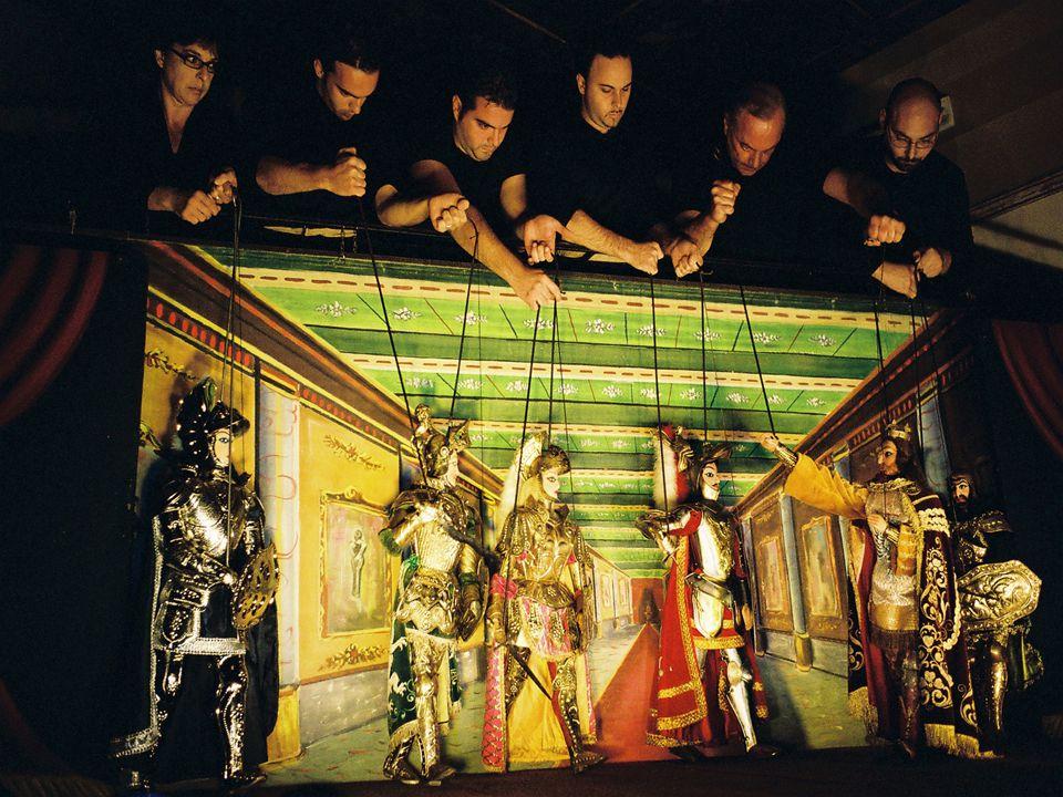 Vere e proprie opere d'arte sono i Pupi Siciliani, che richiedono lavorazioni di alto livello Marionette mosse da fili o stecche che interpretano amor