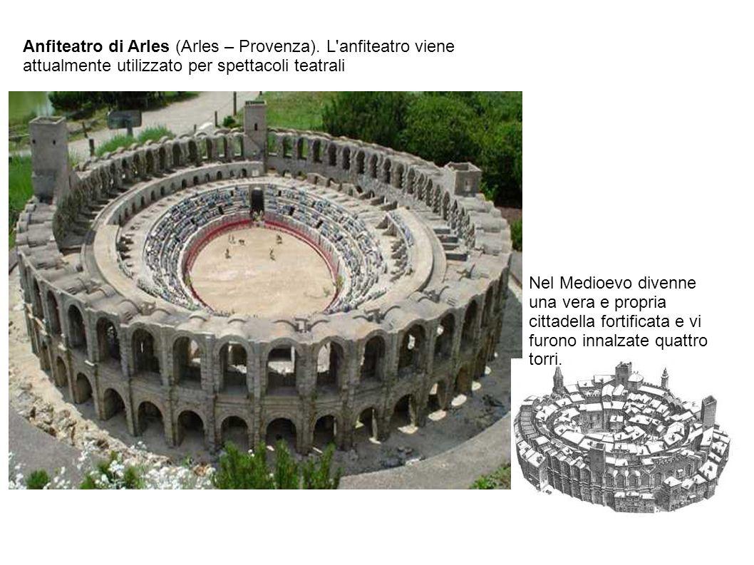 Nel Medioevo divenne una vera e propria cittadella fortificata e vi furono innalzate quattro torri. Anfiteatro di Arles (Arles – Provenza). L'anfiteat