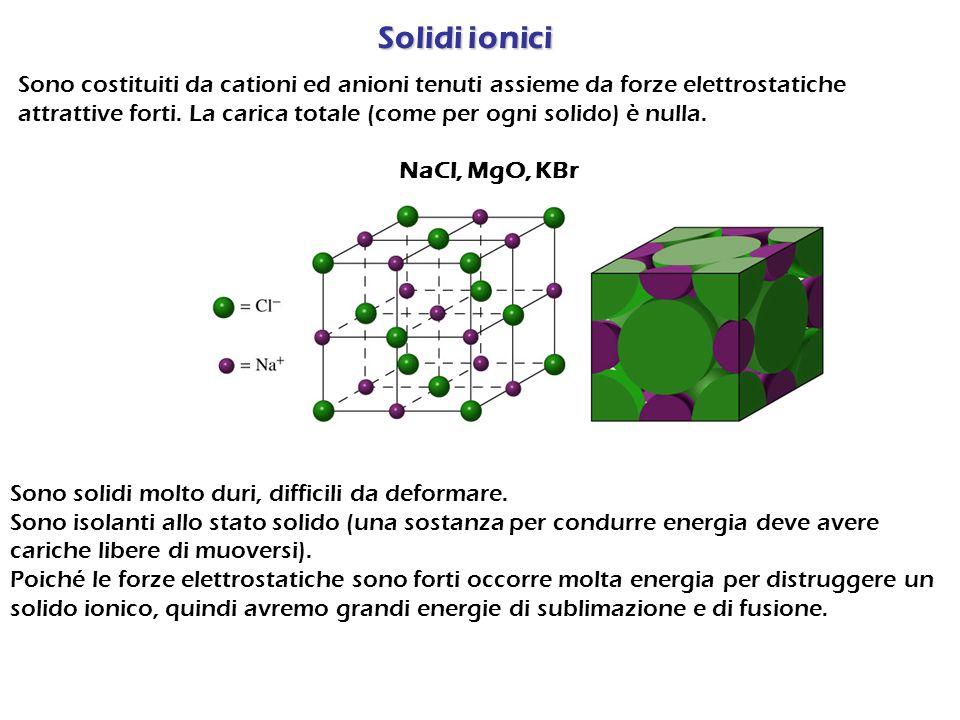Solidi covalenti Sono costituiti da atomi tenuti assieme da legami covalenti che formano catene o reticoli estesi nello spazio Diamante, Grafite, Silicio, Silice (SiO 2 ) Gli elettroni sono impegnati nei legami chimici, quindi i solidi covalenti sono isolanti.