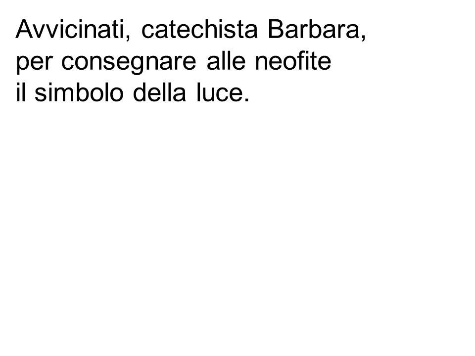 Avvicinati, catechista Barbara, per consegnare alle neofite il simbolo della luce.