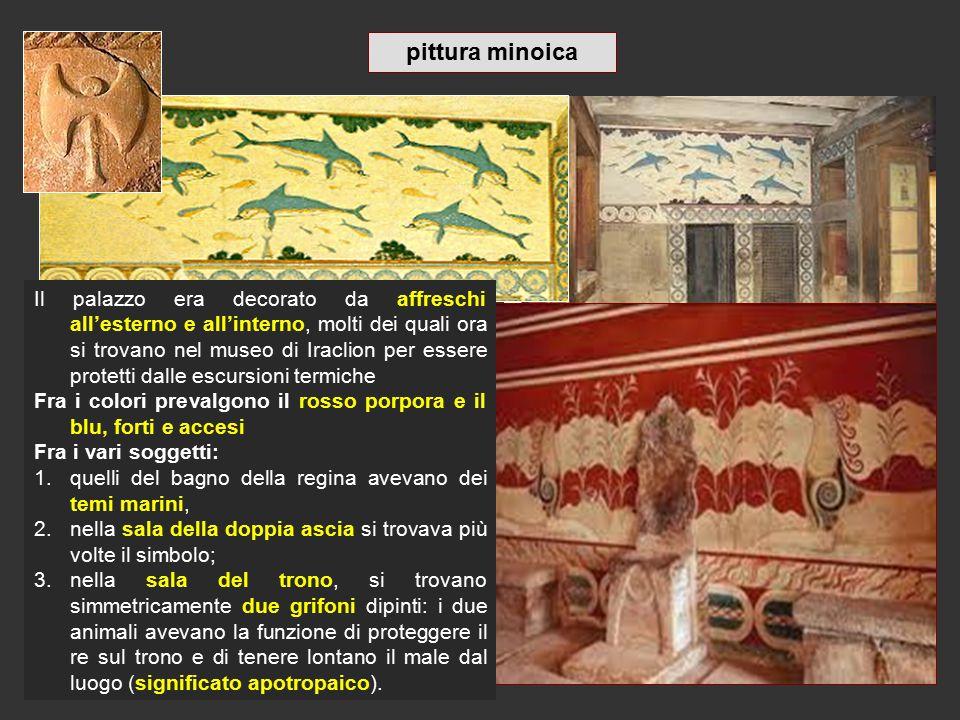 Il palazzo era decorato da affreschi all'esterno e all'interno, molti dei quali ora si trovano nel museo di Iraclion per essere protetti dalle escursi