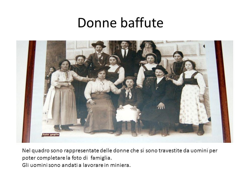 Donne baffute Nel quadro sono rappresentate delle donne che si sono travestite da uomini per poter completare la foto di famiglia.