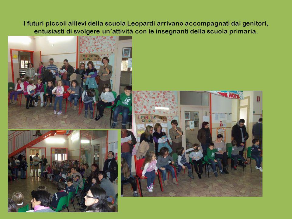 I futuri piccoli allievi della scuola Leopardi arrivano accompagnati dai genitori, entusiasti di svolgere un'attività con le insegnanti della scuola primaria.