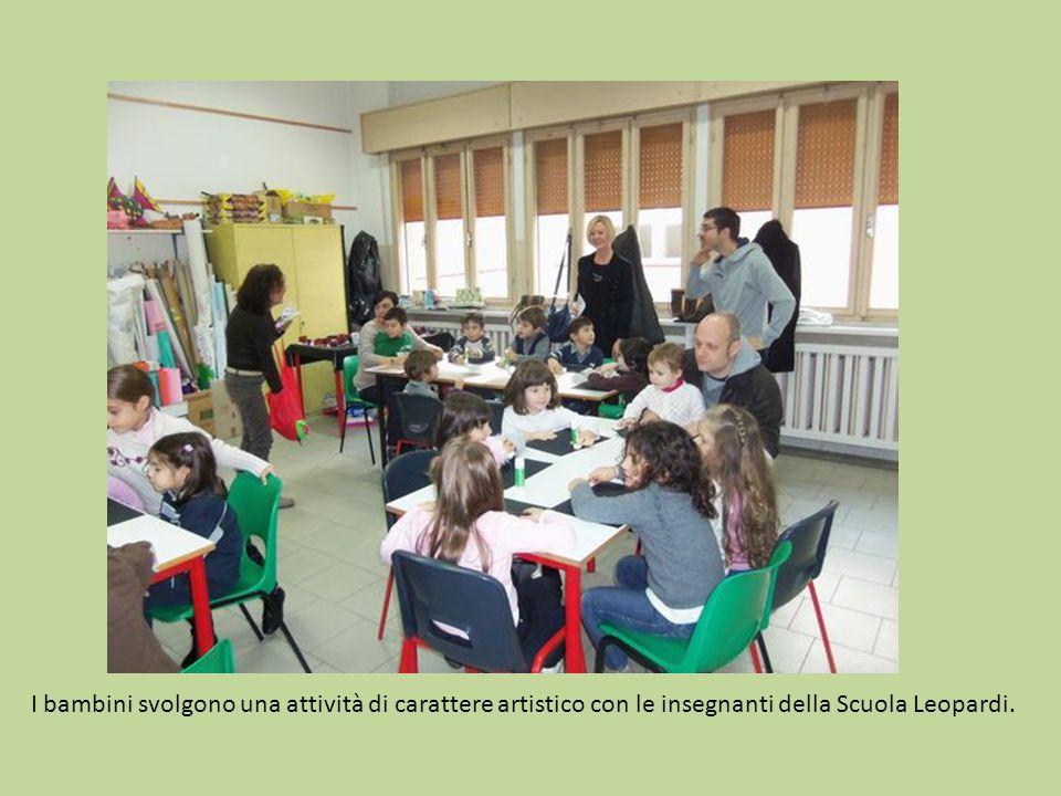 I bambini svolgono una attività di carattere artistico con le insegnanti della Scuola Leopardi.